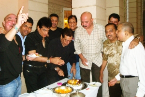Veteran actor-producer Sujit Kumar celebrating his birthday with old friends Jeetendra, Rakesh Roshan, Saawan Kumar Tak and others.