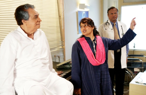 Composer-filmmaker Fauzia Arshi with Kader Khan on the sets of Hogaya Dimaagh Ka Dahi