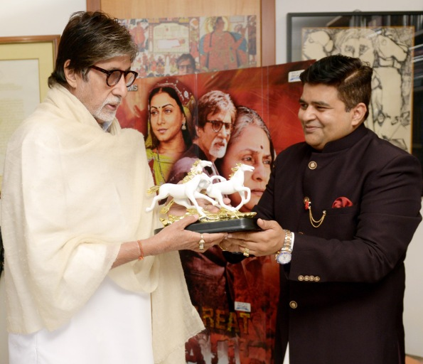 Sanjeev Gupta of Global Advertisers presenting a memento to Amitabh Bachchan.